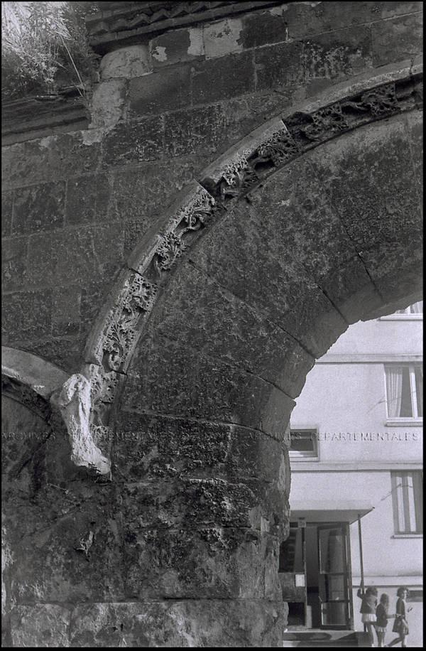"""""""Mur Saint-Lucien – Détails porte sculptée romane Saint-Lucien"""""""