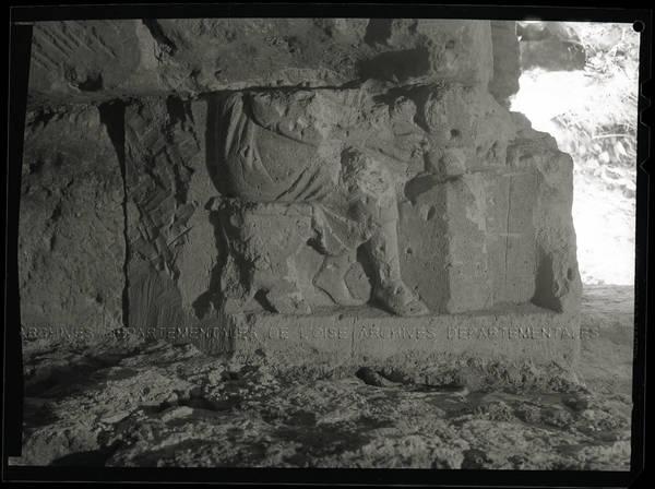"""Beauvais – Rempart gallo-romain – cave base tour centrale Nord – Sculpture jambes"""