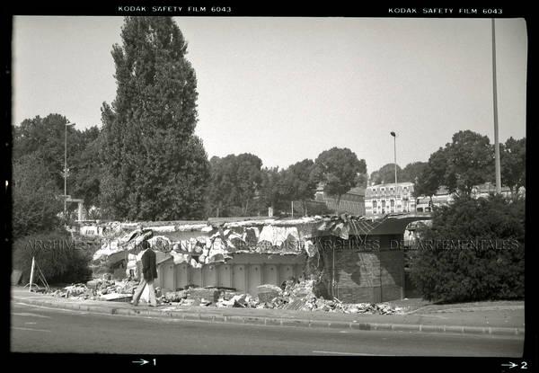 """""""Beauvais Jeu de Paume – démolition des W.C. construits en 1938 – Pourquoi ? Très solides, ont résisté 3 jours… Carreaux de Gréber broyés"""""""